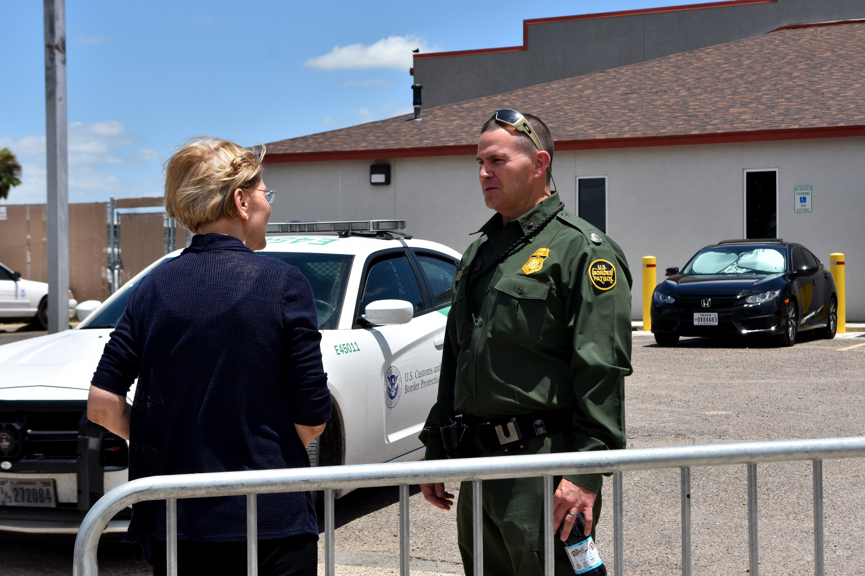 Elizabeth Warren speaking to a border agent in Texas